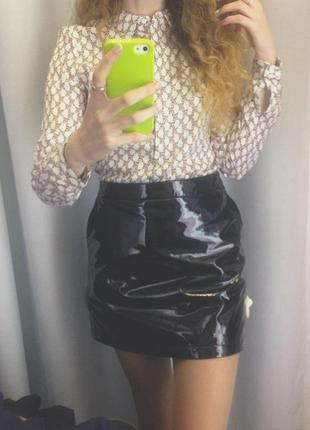 Черная лаковая юбка
