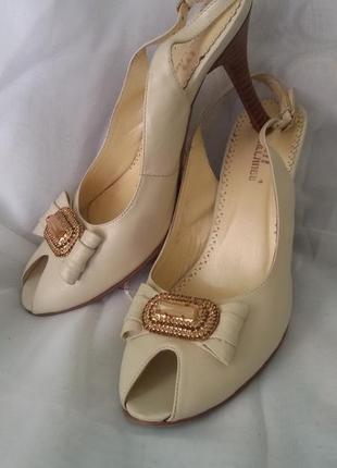 Элегантные туфли с красивой фурнитурой