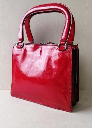 Miu miu эффектная сумочка из лаковой кожи