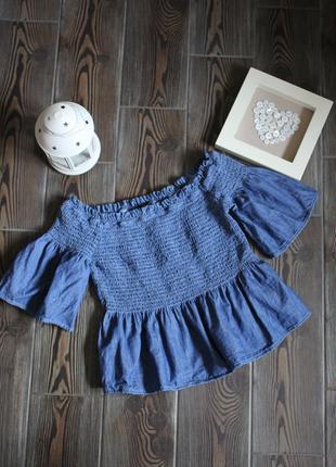 Джинсовый кроп топ блуза на резинках с рюшами и опущенными плечами