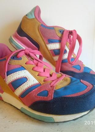 Яркие спортивные  кроссовки