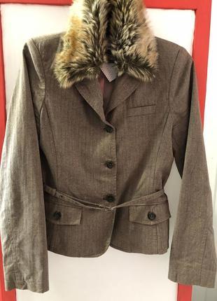 Крутой пиджак с меховым воротником