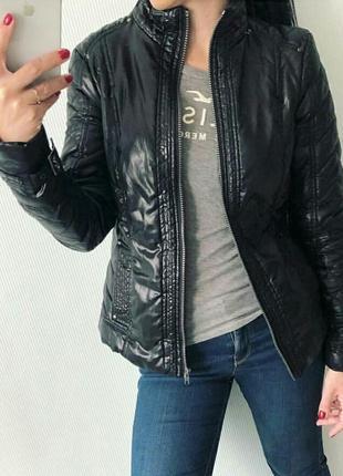 Куртка черного цвета на синтепоне.