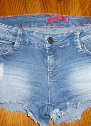 Рваные джинсовые шортики