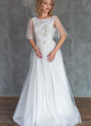 Свадебное платье со шлейфом с красивой вышивкой из бисера