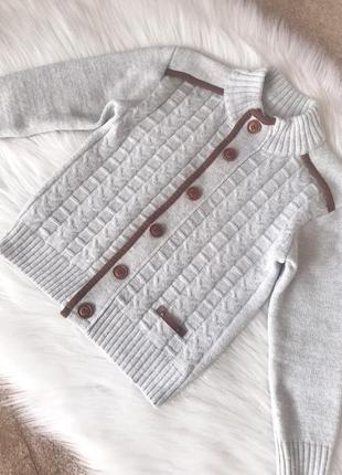 Вязаная теплая кофта кардиган свитер на пуговицах с латками на локтях