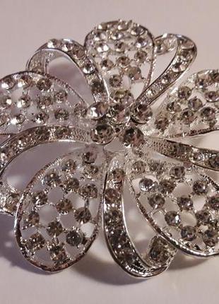Большая серебристая блестящая брошь с цирконами3 фото