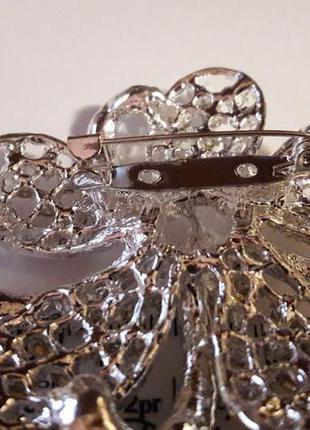 Большая серебристая блестящая брошь с цирконами5 фото