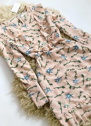Легкое платье с рюшами в цветочный принт с поясом.