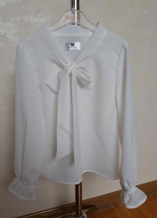Блуза с бантом и рюшей