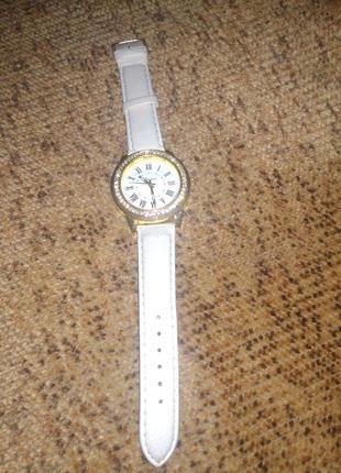 Часы новые с камнями.