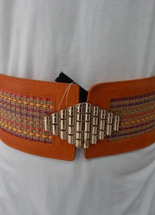 Широкий пояс-резинка декорирован плетением спереди doca