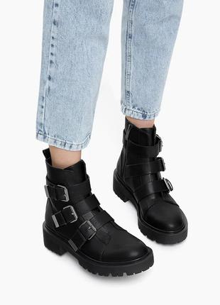 Новые крутые ботинки с пряжками