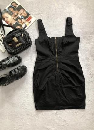 Чёрное классическое платье спереди на замке