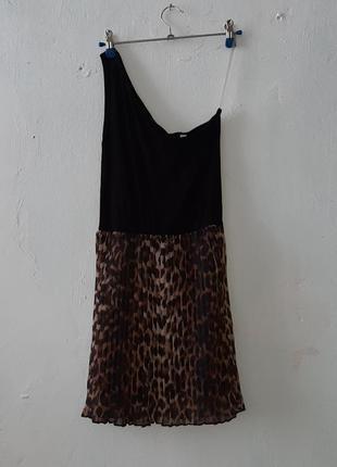 Ассиметричное платье плиссе в актуальный принт