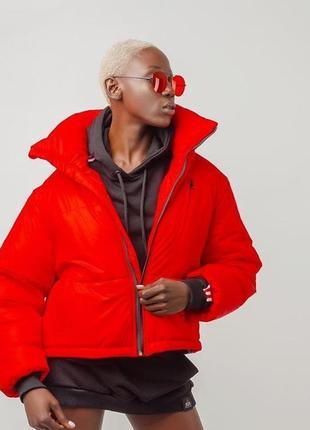 Красная короткая дутая куртка пуховик короткий земфирка