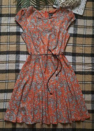 Красивое платье с узорами и поясом