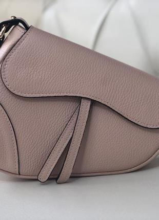 Пудровая кожаная сумка в стиле диор