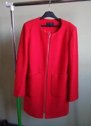 Яркое пальто без ворота