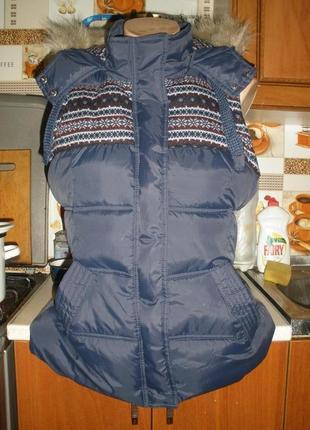 Фирменная жилетка с капюшоном!размер 42-44