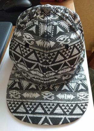 Стильная кепка в орнаментах