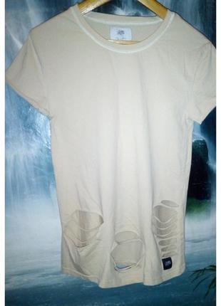 Крутая футболка -рванка с декоративными дырками
