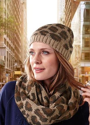 Модная молодежная шапка гладкой вязки с жаккардовым принтом