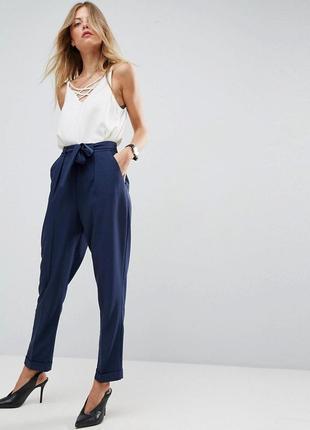 Моднейшие зауженные брюки с высокой талией и поясом