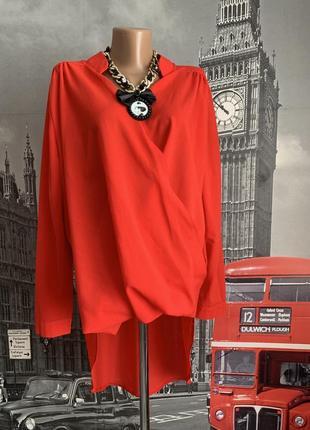 Яскраво червона блуза на запах з подовженою спинкою