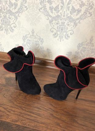 Ботинки с воланами и красной вставкой