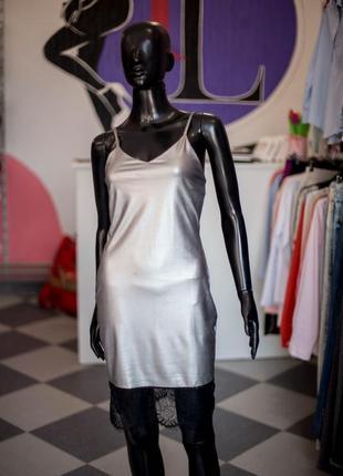 Серебристое платье в бельевом стиле от boohoo