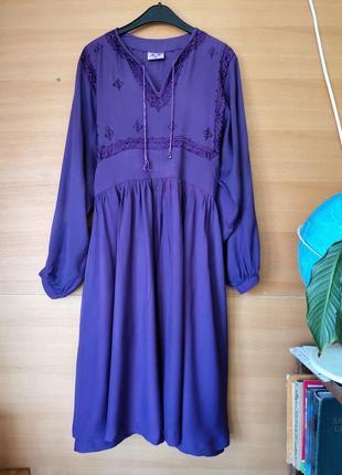 Фиолетовое актуальное платье туника с вышивкой