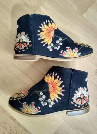 Стильные ботинки с вышивкой на модницу