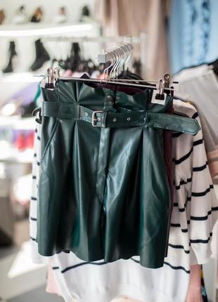 Кожаные изумрудные шорты юбка