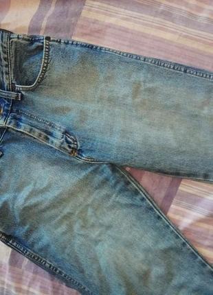 Голубые джинсы на высокой посадке