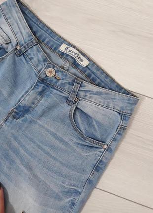 Голубые светлые джинсы скини на средней посадке