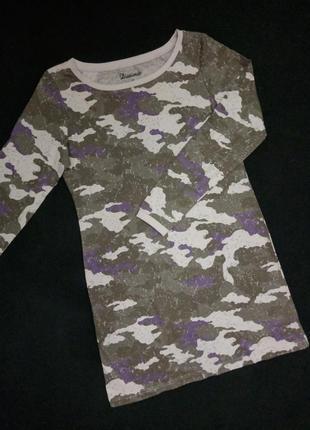 Платье свободного кроя с актуальными принтом
