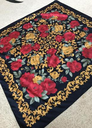 Яркий платок в цветы италия