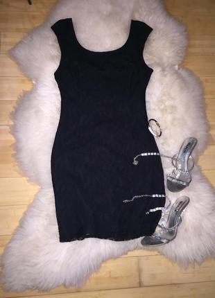 Кружевное маленькое чёрное платье.