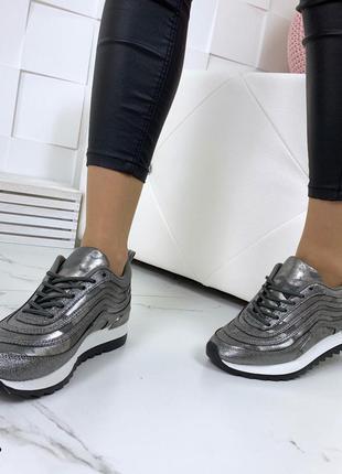 Стильные кроссовки в лазерном напылении3 фото