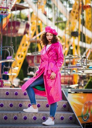 Розовый виниловый плащ