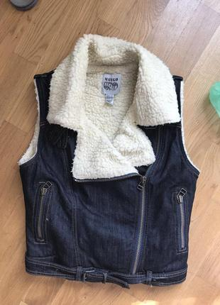 Фирменная джинсовая жилетка, безрукавка