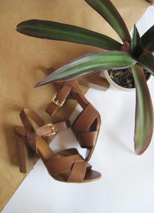 Босоножки на квадратном каблуке с переплетами