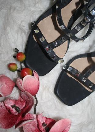 Брутальные босоножки на широком каблуке4 фото