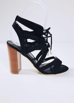 Шикарные шнурованые босоножки под замшуна толстом устойчивом каблуке