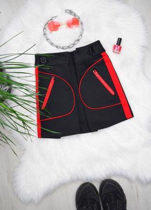 Чёрная мини юбка с красными лампасами накладные карманы
