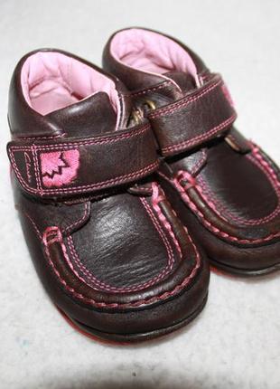 Демисезонные кожаные ботинки фирмы clarks 21 размера по стельке 13,5 см.