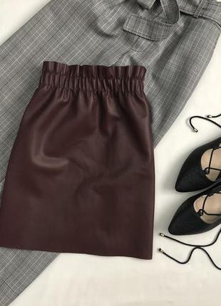 Крутая кожаная юбка марсала с резинкой оборкой zara