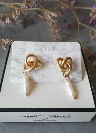 Серьги с жемчугом натуральным золотого матового цвета узелки гвоздики тренд 2019