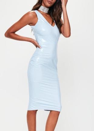 Латексное платье миди нежного цвета